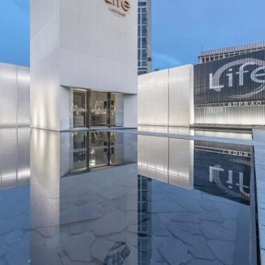 傍水而立的 Life Ladprao 接待中心
